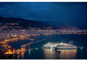 海边壮观的夜晚城市和游轮的灯光倒映在水_11176184