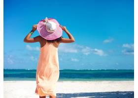 炎热的夏日戴着五颜六色的太阳帽穿着五_7251290