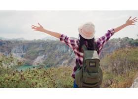 徒步旅行者亚洲背包客女子走上山顶女性享_4396363