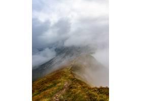 徒步旅行者在奥地利的斯特里安山脉攀登一条_9852843