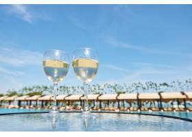 在一家豪华酒店的度假村游泳池里喝几杯香槟_10123959