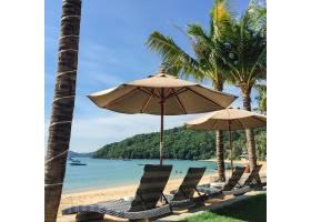 热带海滩景观带躺椅和阳伞来自马达加斯_1174386
