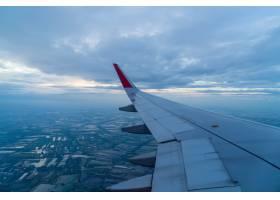 在云层上方飞行的飞机_1274178