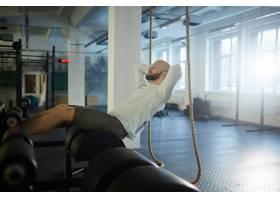残忍的男人在健身房锻炼_5399762