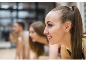 特写年轻女子在健身房锻炼_6265244