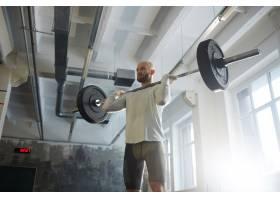 现代举重运动员在健身房举起杠铃_5400976