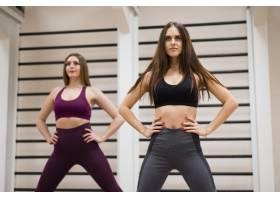 让女性在健身房一起训练_6265267