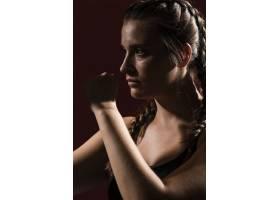 身着健身服的女运动员肖像_5751617