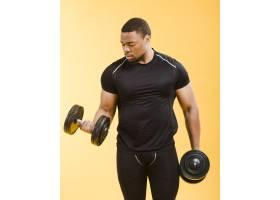 运动员身着健身衣举重的正视图_6412589