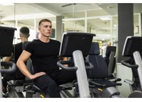 高角度年轻男子在健身房练习_6071357