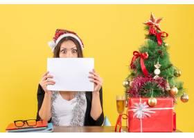 震惊的商务女士戴着圣诞老人帽戴着新年_13408062