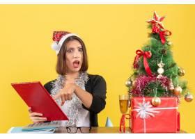 震惊的商务女士戴着圣诞老人帽戴着新年_13408077