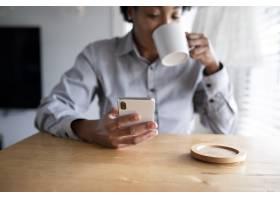 非洲裔美国女性使用手机_13298959