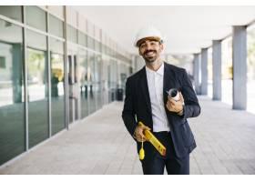 面带微笑的戴着头盔的建筑师_1358402