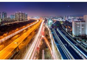 韩国首尔辛吉尔区的交通在夜间的天际线上_11306384