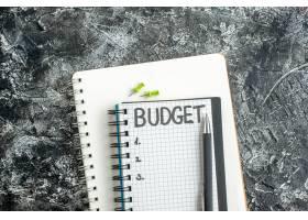 顶视图预算在记事本上用钢笔写在深色表面的_13340906