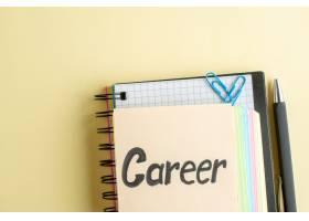 顶视职业用彩色纸条写在光面上的记事本记事_13340918