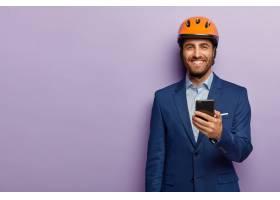 高兴的商人穿着时髦的西装戴着红色头盔在_12608566