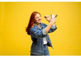 黄色背景上的高加索女子肖像美丽的红发女_13455841