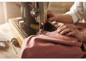 缝纫让我心情轻松女裁缝在新项目上工作_9029185