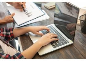 职场上的商务女性在笔记本电脑上打字办公_12986022