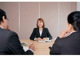 自信的亚洲女商人坐在办公室开会面带微笑_5698114