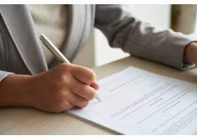 裁剪过的匿名女商人在签署之前检查协议_5698744