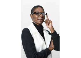 身穿米色西装的非洲裔美国女性肖像_13301660