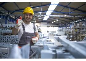 身穿防护装备的工厂工人在生产大厅竖起大拇_11034228