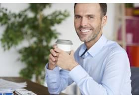 边休息边笑着喝咖啡_13274118