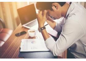 认真的商务人士在办公室从事财务分析工作_1025763