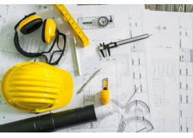 设计图上有头盔和绘图工具的施工平面图_1129063