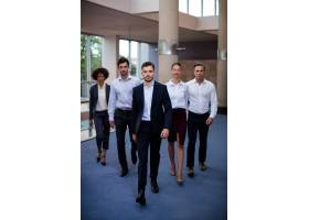 走在会议中心大厅的企业高管_8236887