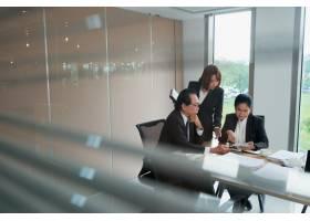 越南商业团队讨论平板电脑文档_5698098