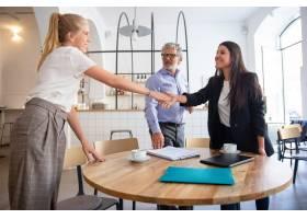 成功的女性商务专业人士与客户见面握手_11081320