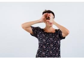成熟女子手持双筒望远镜身穿印花上衣黑_13401143