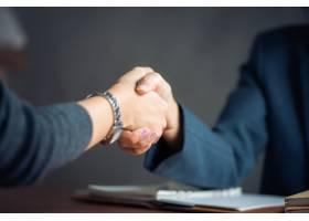 洽谈生意形象女商人握手对工作满意女_1253635