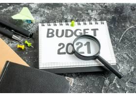 深色背景上带钢笔和放大镜的前视图预算票据_13291929