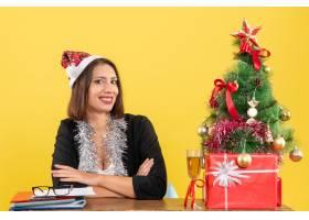 满意的商务女士戴着圣诞老人帽戴着新年_13408005