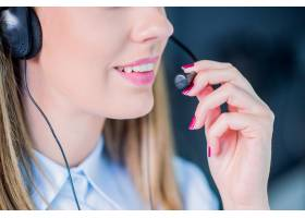 戴着耳机的女客服人员呼叫中心接线员年轻_1162615