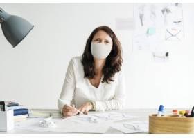 戴面具的设计师在新常态的办公室工作场所_13311644