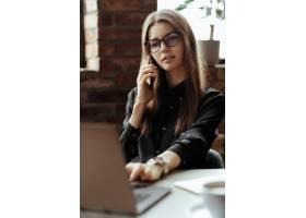 漂亮的年轻女子在家庭办公室在家工作远_11013645
