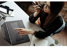 漂亮的年轻女子在家庭办公室在家工作远_11013653
