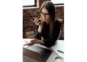漂亮的年轻女子在家庭办公室在家工作远_11013657