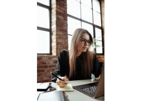 漂亮的年轻女子在家庭办公室在家工作远_11013709