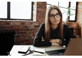 漂亮的年轻女子在家庭办公室在家工作远_11013719