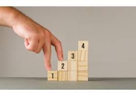 灰白墙侧视图上的商业战略概念男人把手指_8859553