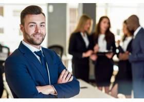 現代辦公室中的商人領袖與商人一起工作_1174192