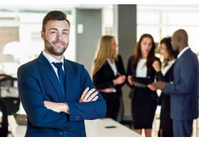 現代辦公室中的商人領袖與商人一起工作_1174193