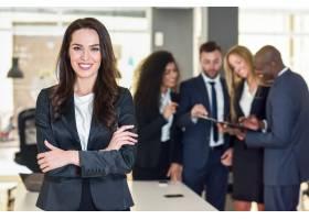 現代辦公室中的女商人領導者與商人一起工_1174187